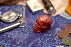 Резной череп из восточной яшмы