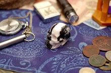 Резной череп из яшмы Зебра
