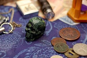 Резной череп из яшмы Камбаба